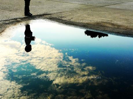 水たまりに映った空 FYI00134565