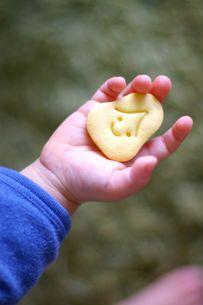 おかめクッキーを持つ手 FYI00134580