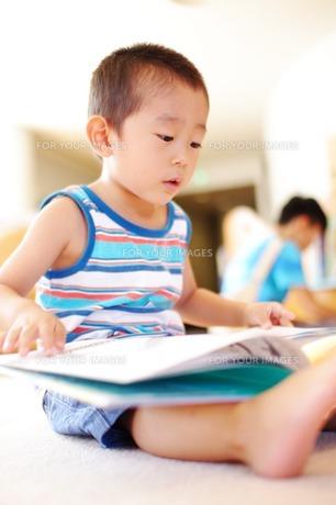 絵本を読む男の子3 FYI00134596