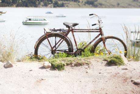 湖畔と赤い自転車 FYI00136255