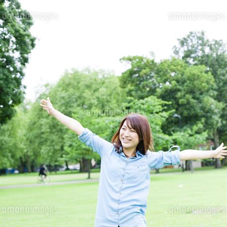 公園を歩く若い女性 FYI00143131