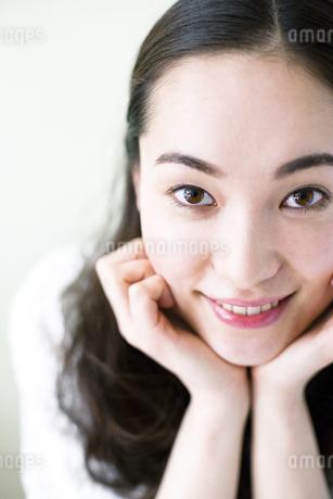 ほおづえをつく若い女性 FYI00143135