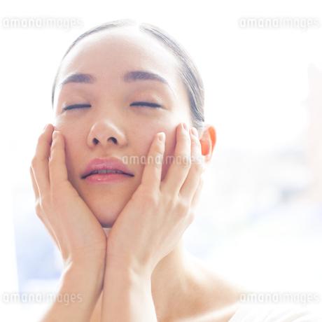 若い日本人女性のビューティーイメージ FYI00143136
