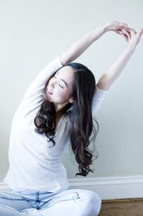 伸びをする日本人女性 FYI00143139