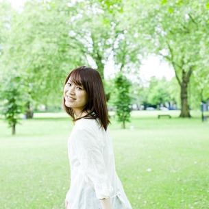 公園を歩く若い女性 FYI00143142