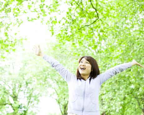 公園で手を広げる若い女性 FYI00143143