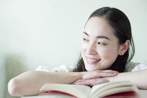 本を広げる若い女性 FYI00143144