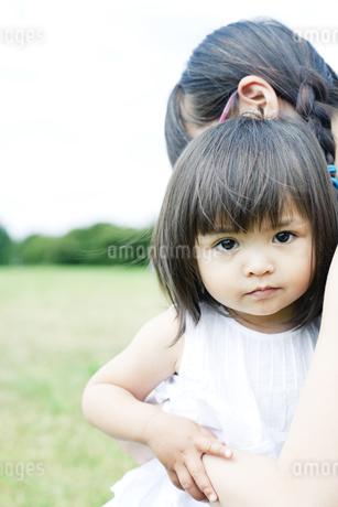 抱き合う母と娘 FYI00143146