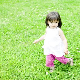 公園で遊ぶハーフの少女 FYI00143149
