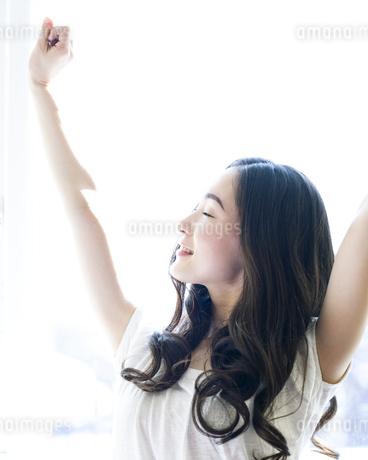 伸びをする女性 FYI00143152