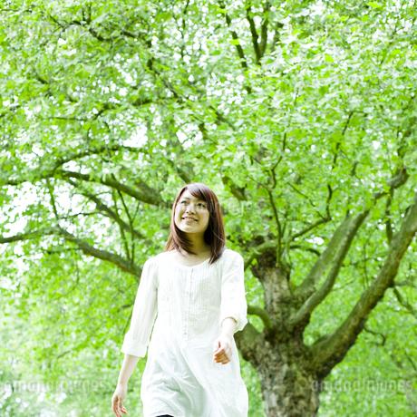 公園を歩く若い女性 FYI00143154