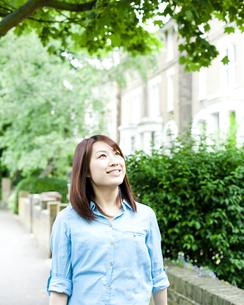 街を歩く若い女性 FYI00143157
