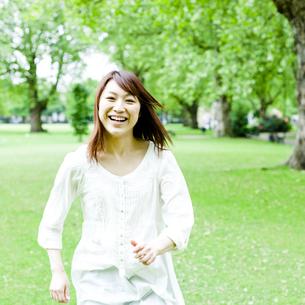 公園を歩く若い女性 FYI00143159