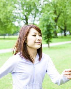 公園を歩く若い女性 FYI00143163