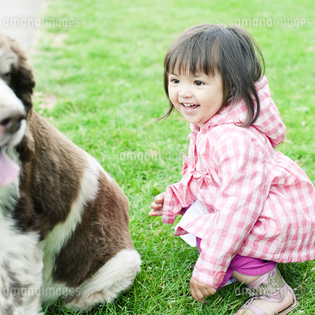 ハーフの少女と犬 FYI00143166