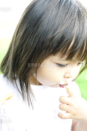 ケーキを食べる少女 FYI00143179