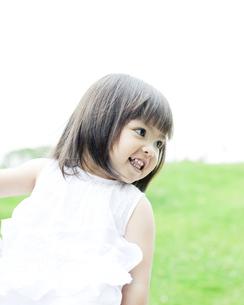 笑顔の可愛いハーフの少女 FYI00143181