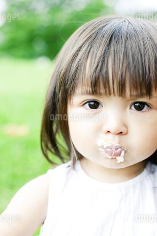 ケーキを食べる少女 FYI00143186