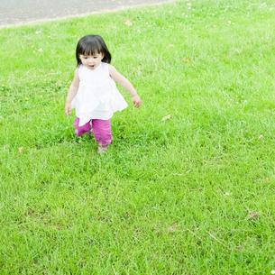 公園で走るハーフの少女 FYI00143188