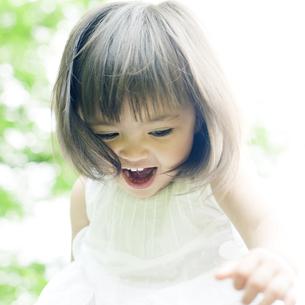 笑顔の可愛いハーフの少女 FYI00143210