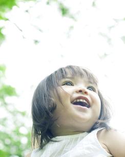 笑顔の可愛いハーフの少女 FYI00143211