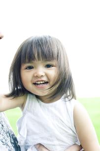 抱きかかえられたハーフの少女 FYI00143212