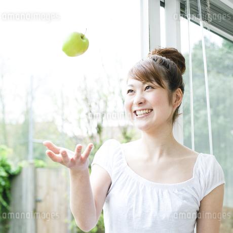 リンゴと若い女性 FYI00143220