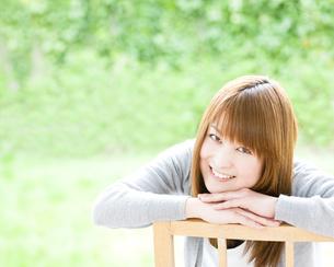 笑顔の若い女性 FYI00143221