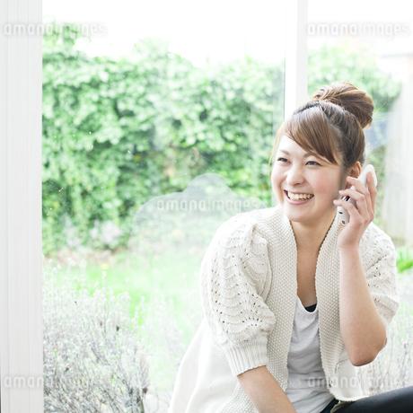 電話する若い女性 FYI00143224