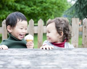 笑顔の男の子と女の子 FYI00143232