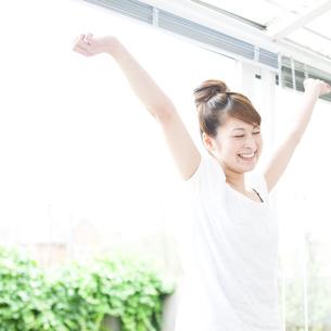 伸びをする若い女性 FYI00143239