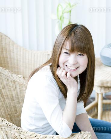 笑顔の若い女性 FYI00143240