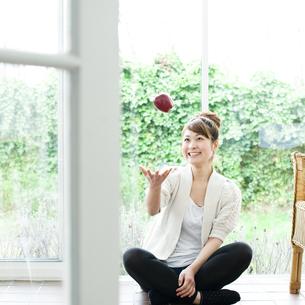リンゴと若い女性 FYI00143242