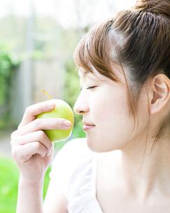 リンゴと若い女性 FYI00143245