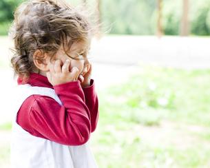 公園ではしゃぐハーフの女の子 FYI00143254