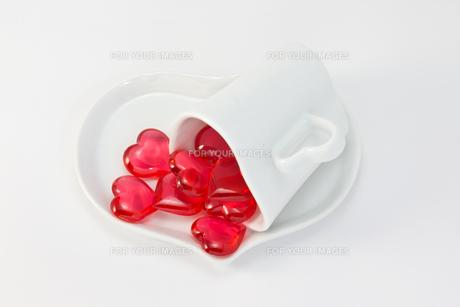 赤いハートとカップ FYI00144032