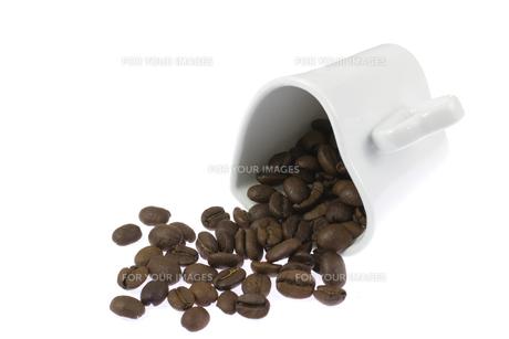 コーヒー豆とカップ FYI00144070