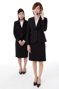 インカムを装着した二人の若いビジネスウーマン FYI00144260