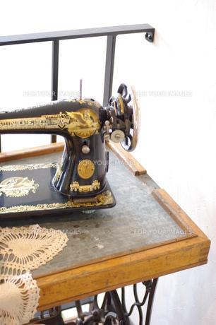 古いミシンとミシンテーブル FYI00144824