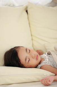 お昼寝する子供 FYI00149449
