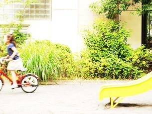 自転車に乗る女の子 FYI00150635