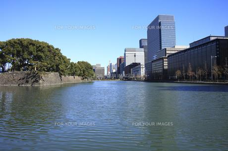 皇居のお堀と大手町ビル群 FYI00165780
