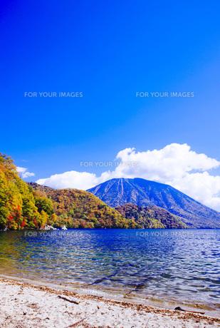 秋の日光中禅寺湖と男体山 FYI00166048