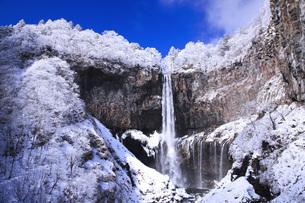 栃木県・日光華厳の滝の雪景色 FYI00166092