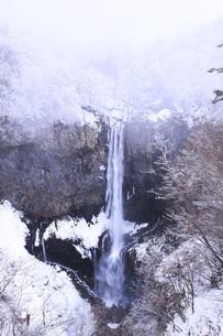栃木県・日光華厳の滝の雪景色 FYI00166106