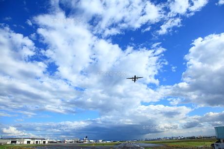 雨上がりの大阪空港を飛ぶ FYI00166414