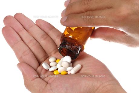 薬を手にとる FYI00168788