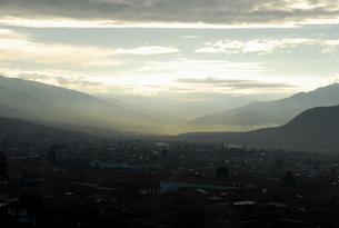 ペルー、クスコ市街の朝もや FYI00187833