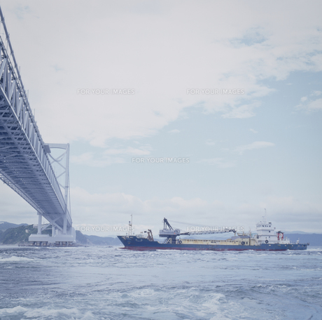 大鳴門橋と船 FYI00188257
