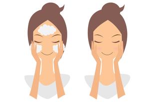 洗顔をする女性 FYI00189923